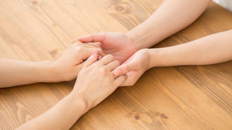 画像:手を繋ぐ女性